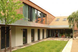 Rekonstrukce domu změnila domácím život: Z prudkého svahu za domem obrovská výhoda