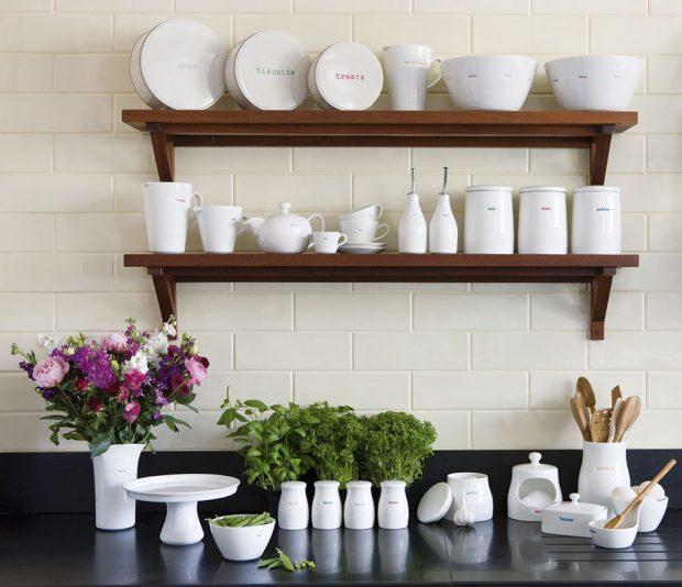 Tvarově čisté porcelánové dózy adózičky se budou dobře vyjímat vkaždé kuchyni. Jsou praktické azároveň působí veselým dojmem idíky barevným popiskům. FOTO KEITH BRYMER JONES