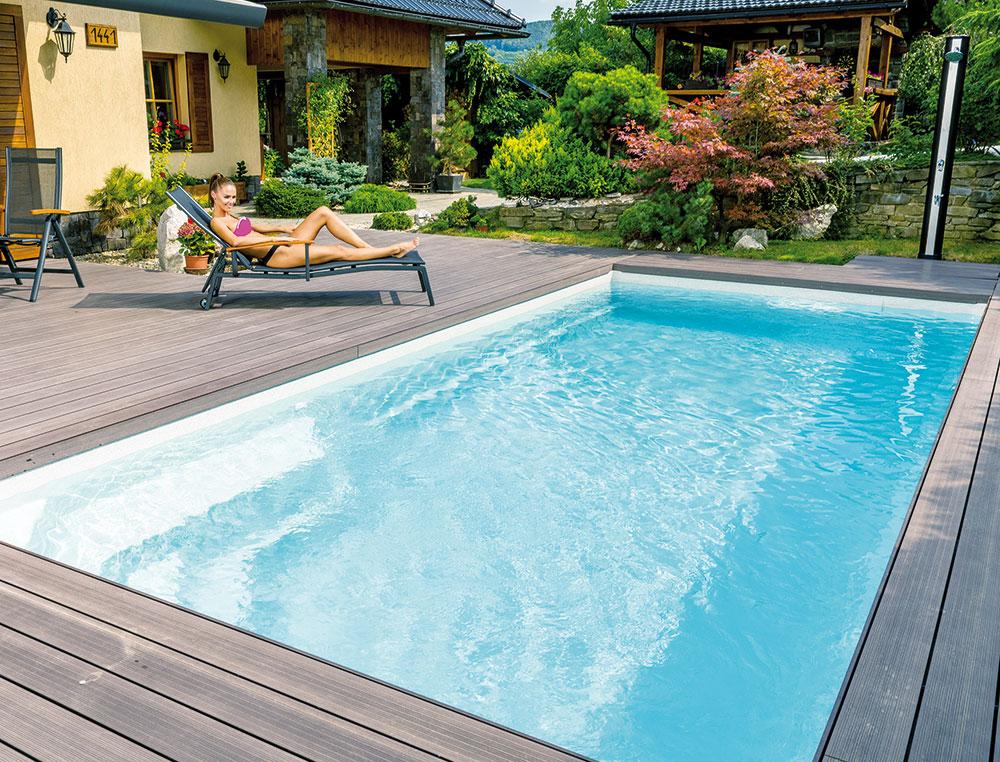 Tichá oáza. Keramický bazén Compact, model Ametyst slamelovým zakrytím. Je vybaven integrovaným schodištěm, zabudovanými lavicemi arelaxačními zónami. FOTO MOUNTFIELD
