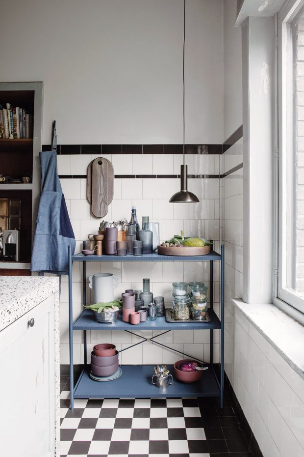 Kovová otevřená police je ideální pro uskladnění často používaného nádobí adóz. Možná bude náročnější na úklid, ale všechny krásné kousky budou pěkně vidět. FOTO FERM LIVING