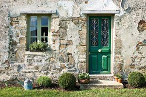 Hrubé dveře ukrývají interiér plný barev adekorací. FOTO CHRISTOPHER DRAKE