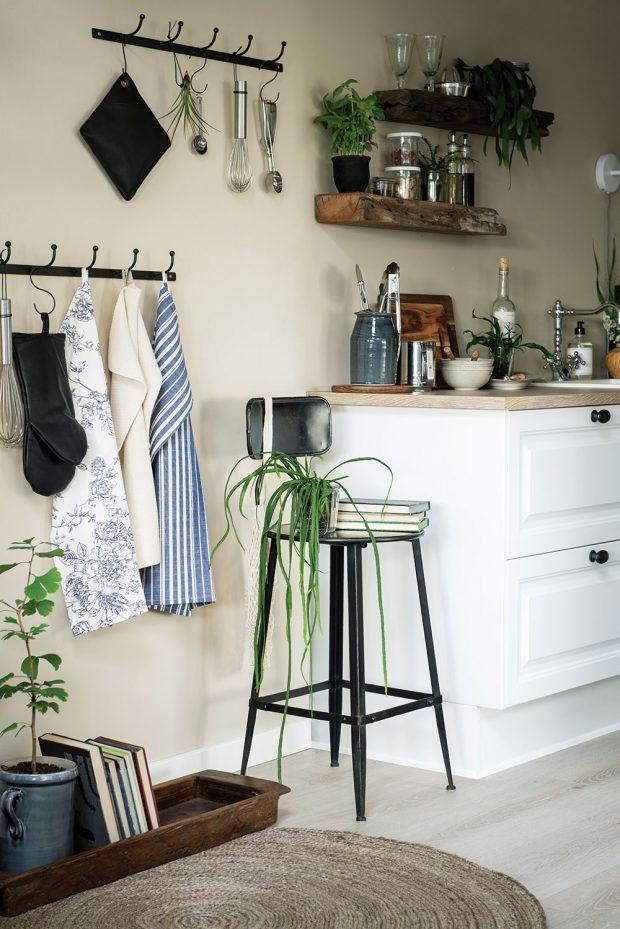 Praktičnosti aprostorové úspornosti dosáhnete vkuchyni také tím, že využijete stěny nad pracovní deskou. Police azávěsné systémy jsou přehledné avše je po ruce. FOTO IB LAURSEN