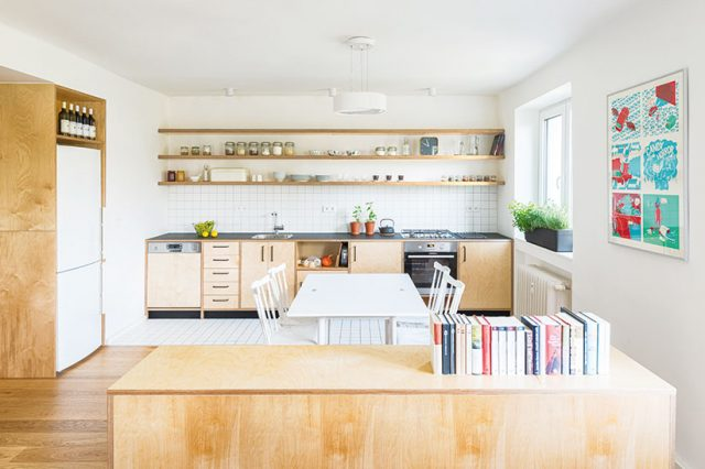 Architekti se zbavili izde zbytečného výškového členění podlahy apřistavěné zídky. Prostor, ato nejen kuchyně, sjednotili materiálem – březovou překližkou. FOTO BENEDIKT MARKEL ADOMINIK KUČERA
