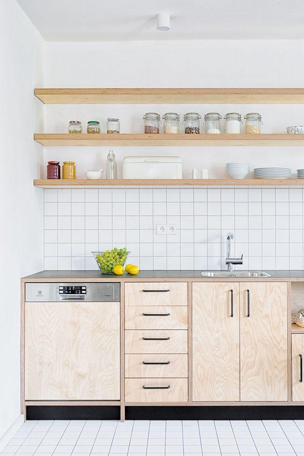 Březová překližka je na kuchyňské lince použita nezvyklým způsobem, kdy je přiznána hrana materiálu, aje tudíž vidět iprofil bočnice. Tento detail dodal nábytku jakousi strukturu avtipný prvek. FOTO BENEDIKT MARKEL ADOMINIK KUČERA