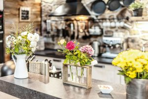 Doplňky akvětiny jsou důležitou součástí interiéru aRomaninou radostí. FOTO JIŘÍ HURT