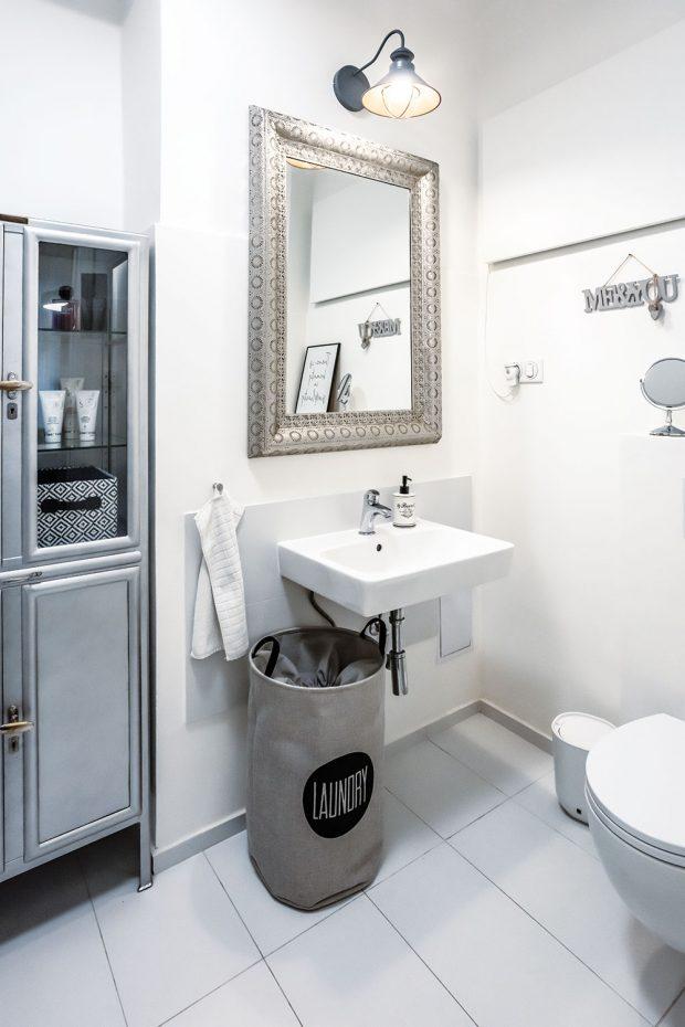 Koupelna vbarevné kombinaci bílé ašedostříbrné