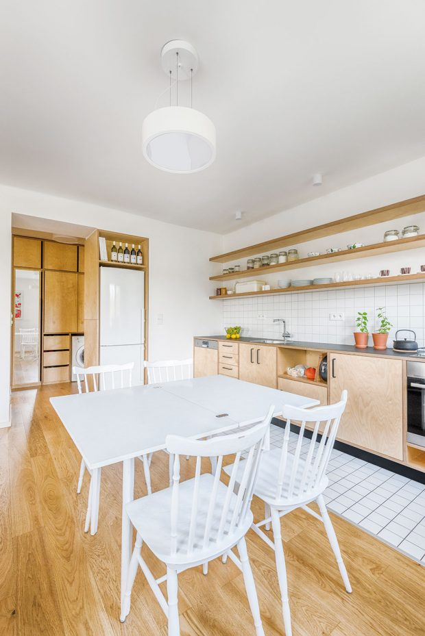 Architektům se podařilo vnést více světla ido předsíně, která je od kuchyně odcloněna na míru vyrobenou skříní, ve které je umístěna původní lednička, ale ze strany chodby jsou háčky na pověšení oblečení. FOTO BENEDIKT MARKEL ADOMINIK KUČERA