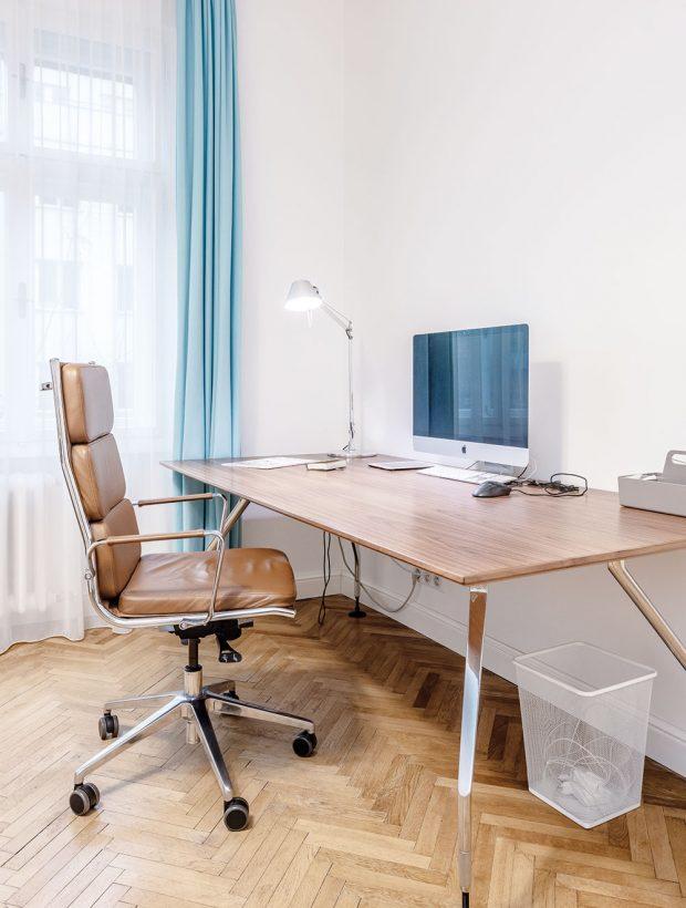 pracovní stůl je zatím umístěn vdětském pokoji