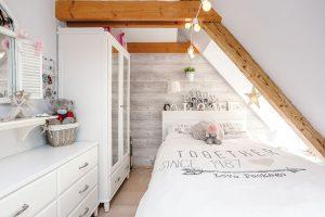 Dívčí pokoj je zařízený bílým nábytkem. Místnost je malá, ale Sáře poskytuje potřebné zázemí. FOTO JIŘÍ HURT