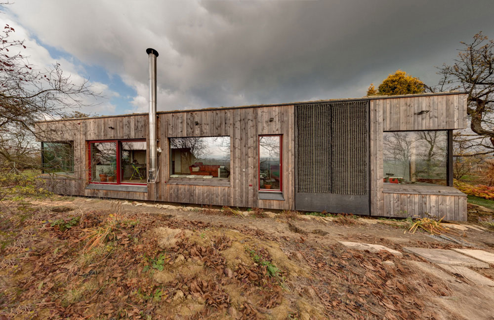 Zahradník si nechal postavit dům se zelenou střechou zcela na kopci