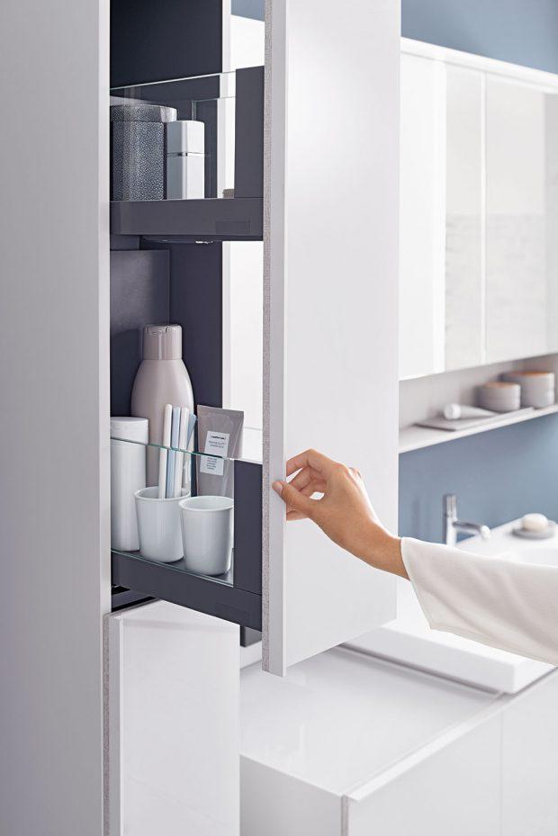 Věci, které používáme každodenně, by měly být pohodlně po ruce. Tento požadavek dokonale splňuje vysoká skříňka se dvěma úložnými prostory. FOTO Geberit