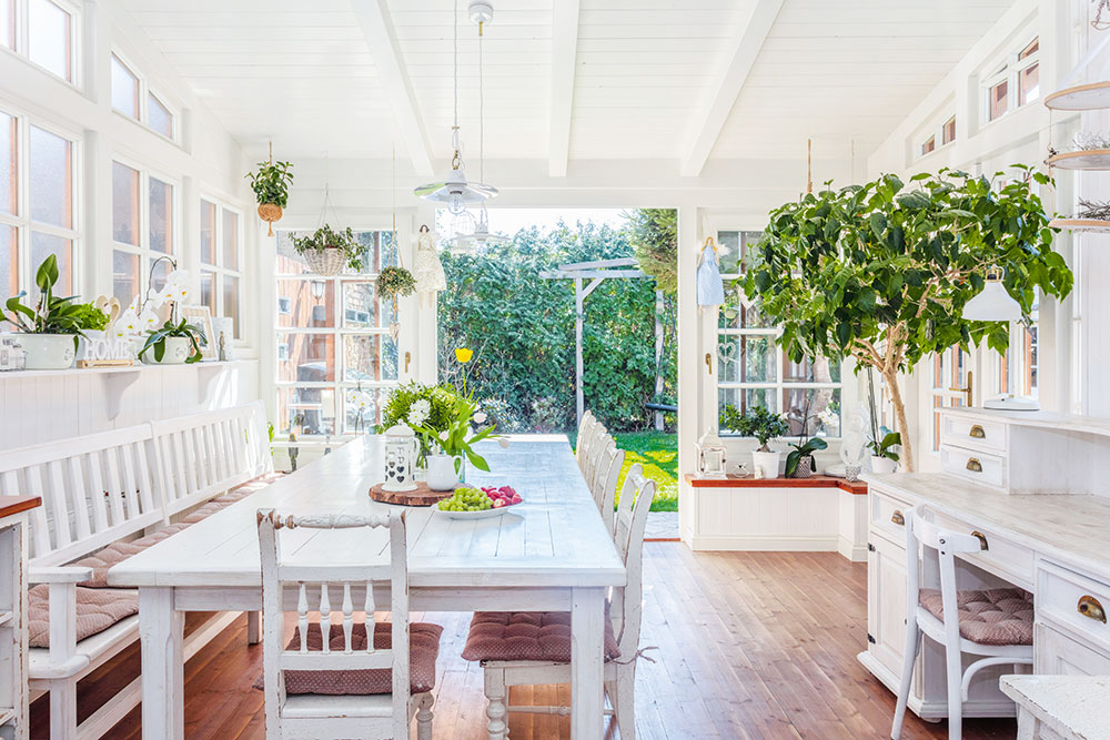 Příjemný světlý interiér - jedálen