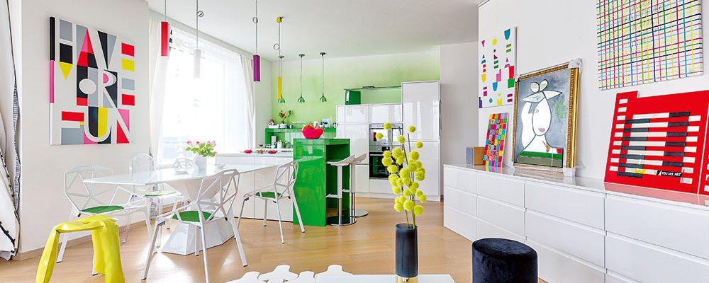 Prázdny byt v novostavbě si majitelka proměnila na kreativní prostor plný barev (VIDEO)
