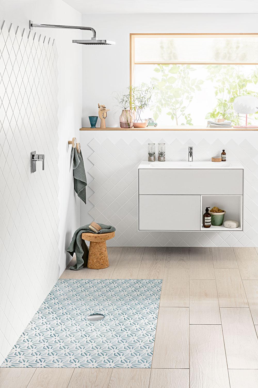 Kombinace různých druhů obkladu azajímavý obklad na stěnách doplňuje subtilní koupelnový nábytek vbílé barvě. FOTO VILLEROY & BOCH