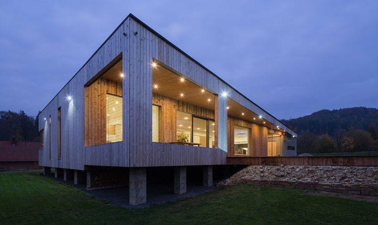 Jednopodlažní dům obložený dřevem s nízkými provozními náklady