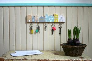 Hravý věšák na klíče s domečky