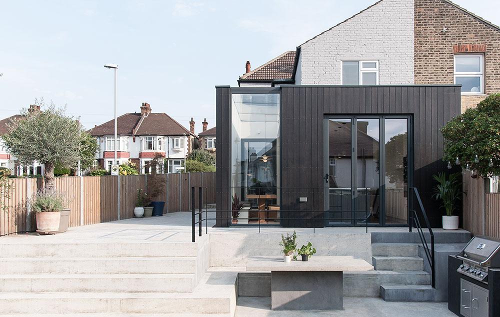 Přístavba rodinného domu jako most mezi starým domem a zahradou