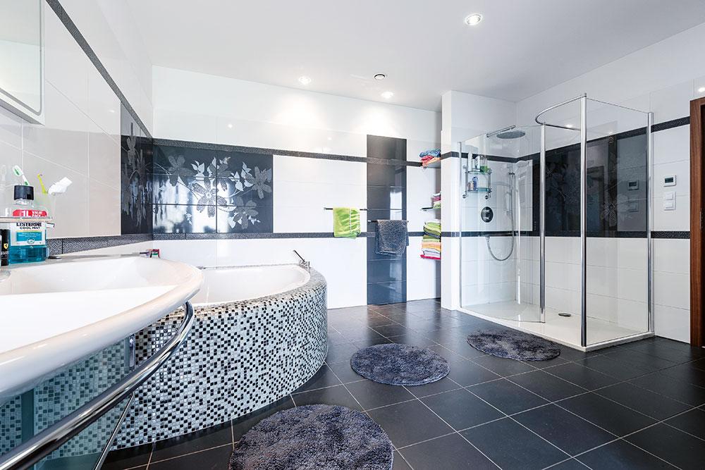 Koupelna je pojata velkoryse aje jí věnován obrovský prostor, do kterého se vešla vana isprchový kout. FOTO WIENERBERGER