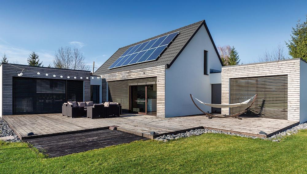 Moderní zděný dům nenucene zapadl mezi okolní venkovskou zástavbu