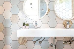 Hexagonové dlaždice v koupelně