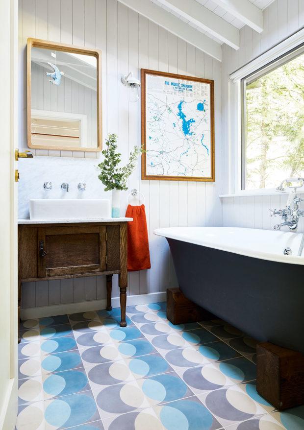 vana umístěna přímo pod oknem