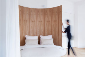 Otočná postel