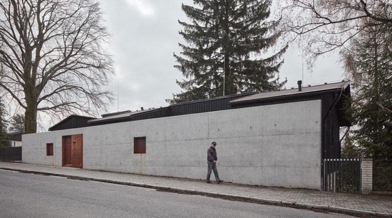 Odvážný moderní dům na stoletých sklepech
