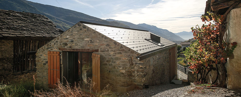 Působivá rekonstrukce domu v husté zástavbě uprostřed obce