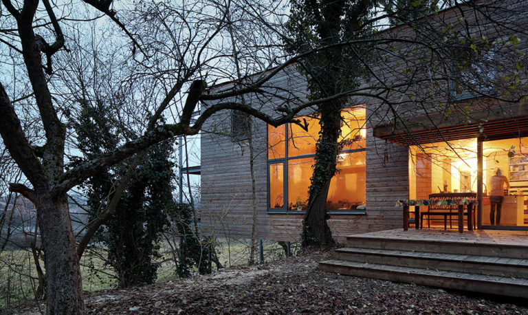 Moderní dřevodům v korunách stromů