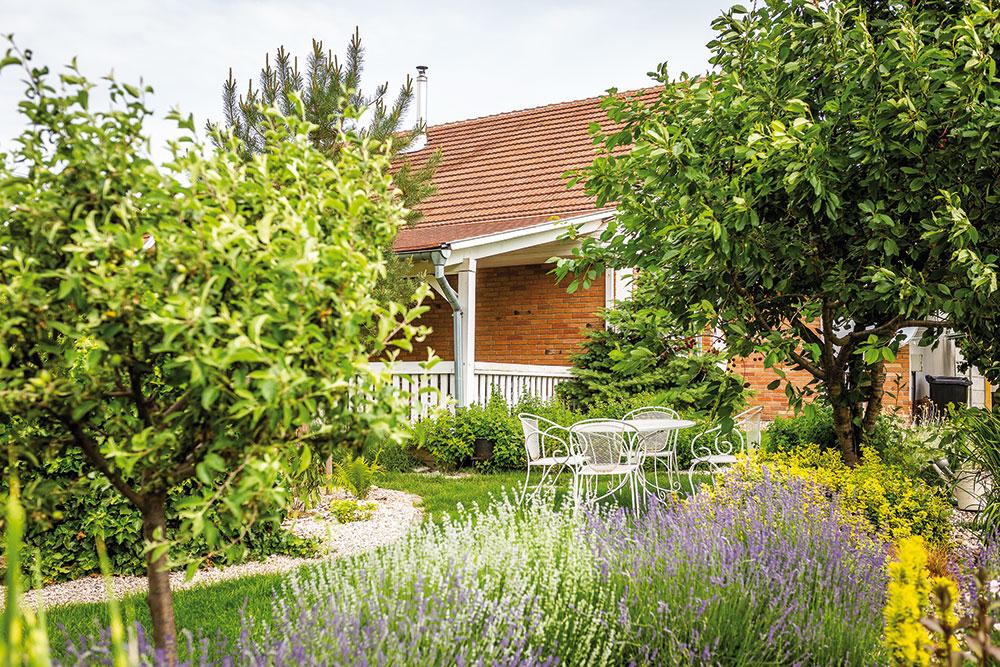 Ovocné stromy spolu sokrasnými dřevinami tvoří základní kostru zahrady. Najdete zde třešně, jabloně ibroskve. Ojejich pravidelný řez se stará zahradník, který má na starosti itrávník. FOTO MIRO POCHYBA