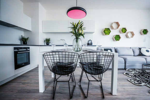 kuchyňskou linku doplňuje jídelní stůl