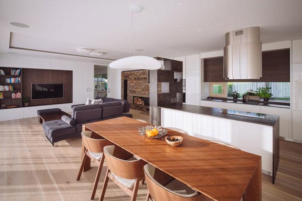 prostor domu zahrnuje obývací pokoj akuchyň sjídelnou