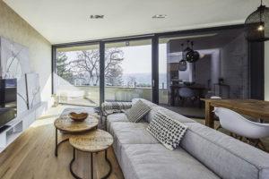 sedačka v obývacím pokoji