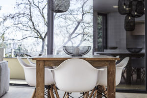 závěsný lampy ze štípaného bambusu nad jídelním stolem