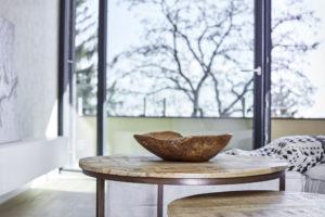 vázy či dřevěné misky sesbírané z cest po celém světě