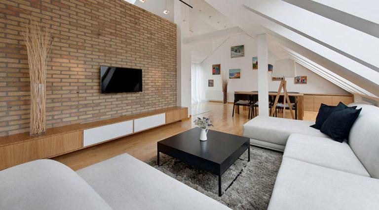 Podkrovní byt plný světla, prostoru a šikovných řešení