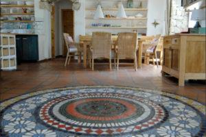obývací část s mozaikou