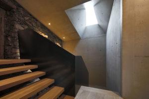 schody se světlíkem