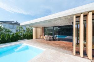 Členitý moderní dům se dvěma terasami a bazénem