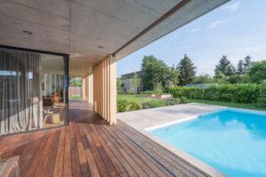 dřevená terasa s bazénem