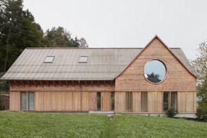 U našich sousedů postavili nápadité bydlení: Tři velká kulatá okna jako oči domu