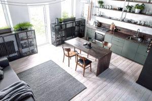 pohled na obývací část mezonetu s kuchyni
