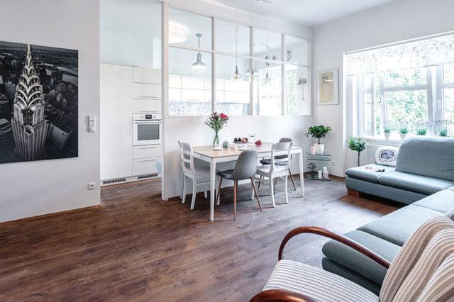 oddělení kuchyně od obývacího pokoje sjídelním stolem pomocí zasklení