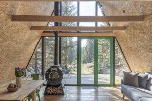 pohled z interiéru chaty na terasu