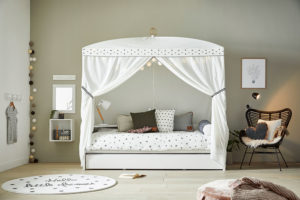 baldachýn, zrcadlo, povlečení, puf nebo lampička vjednom designu