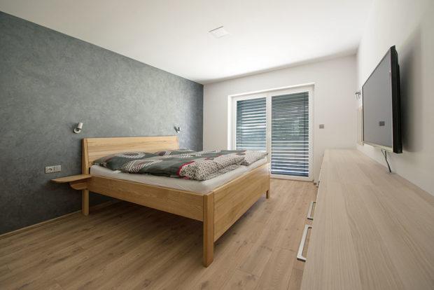 Ložnice je zařízena na míru vyrobeným nábytkem aani tady nechybí stínění