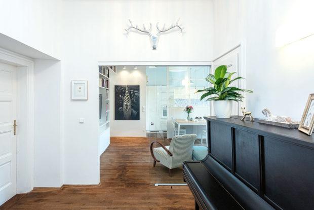 vchod do obývacího pokoje ze vstupní haly