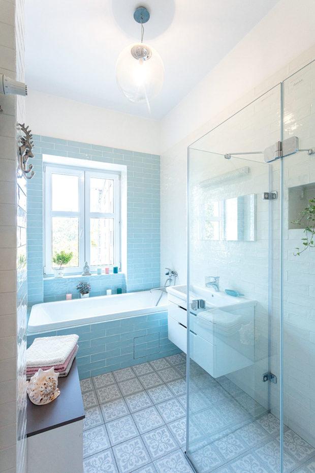 koupelna s vanou i sprchovým koutem