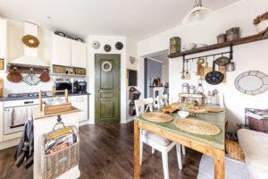 Kuchyni charakterizuje barevná kombinace krémové bílé, jehličnanové zelené abarvy dřeva