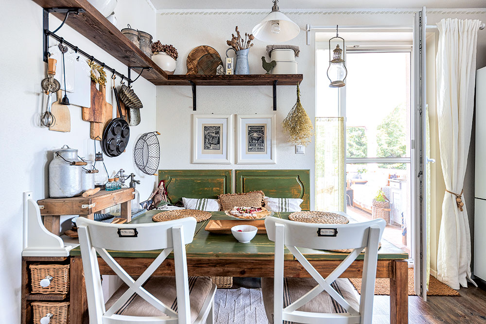 """Kuchyňský stůl má už své roky aza ten čas prošel několika proměnami – způvodního dřevěného přes """"bílé období"""" až po dnešní zeleno-dřevěnou úpravu. """"Nejprve jsem si chtěla nějaký pěkný zelený stůl do kuchyně koupit, ale tento je stále dobrý. Je velký, zkvalitního dřeva amá úložný prostor. Bylo mi líto zbavit se ho, tak jsem mu jen změnila design."""" FOTO MIRO POCHYBA"""